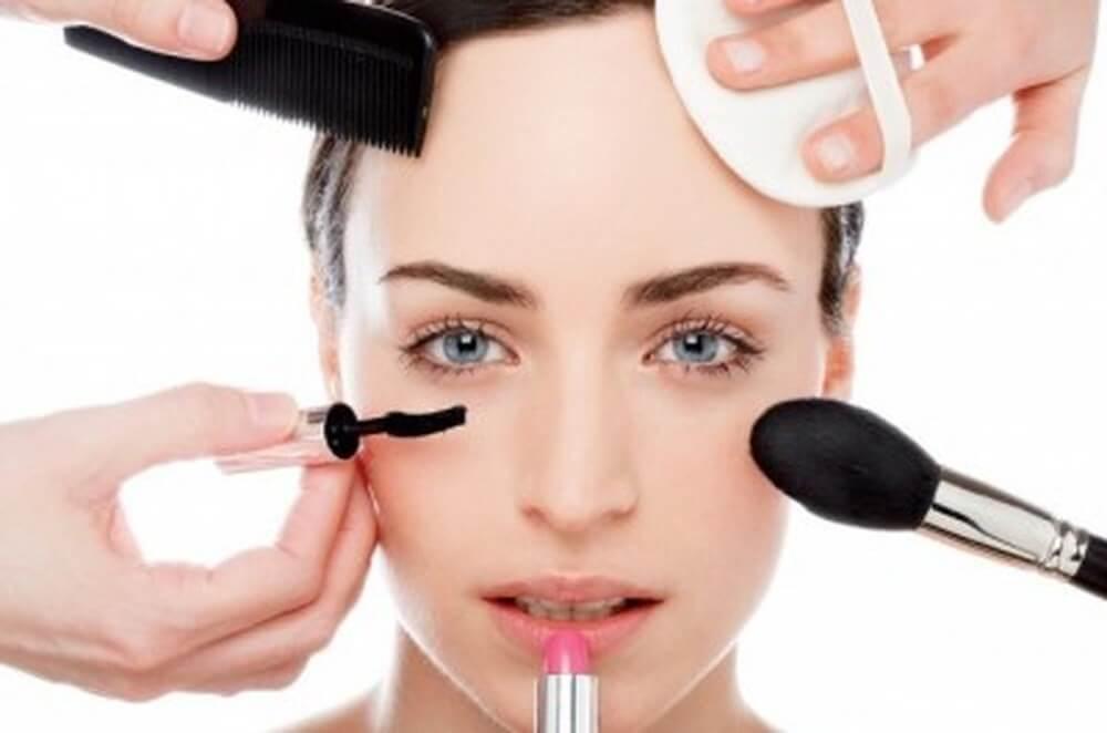 Lạm dụng quá nhiều mỹ phẩm làm tăng nguy cơ nám da