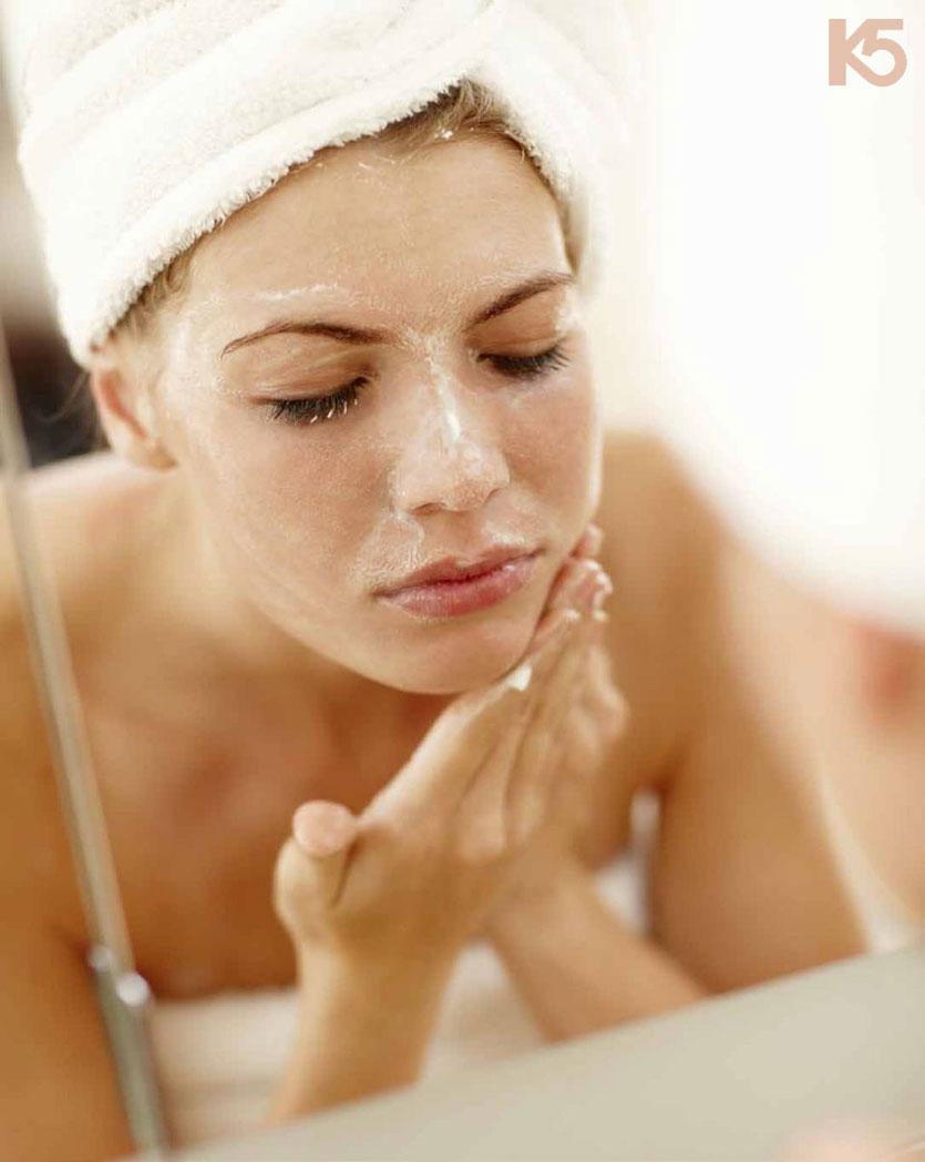Thường xuyên rửa mặt và tẩy da chết giúp ngăn ngừa nám