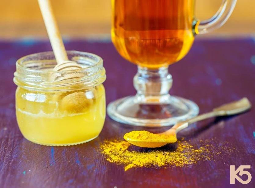 Uống tinh bột nghệ mật ong nước ấm