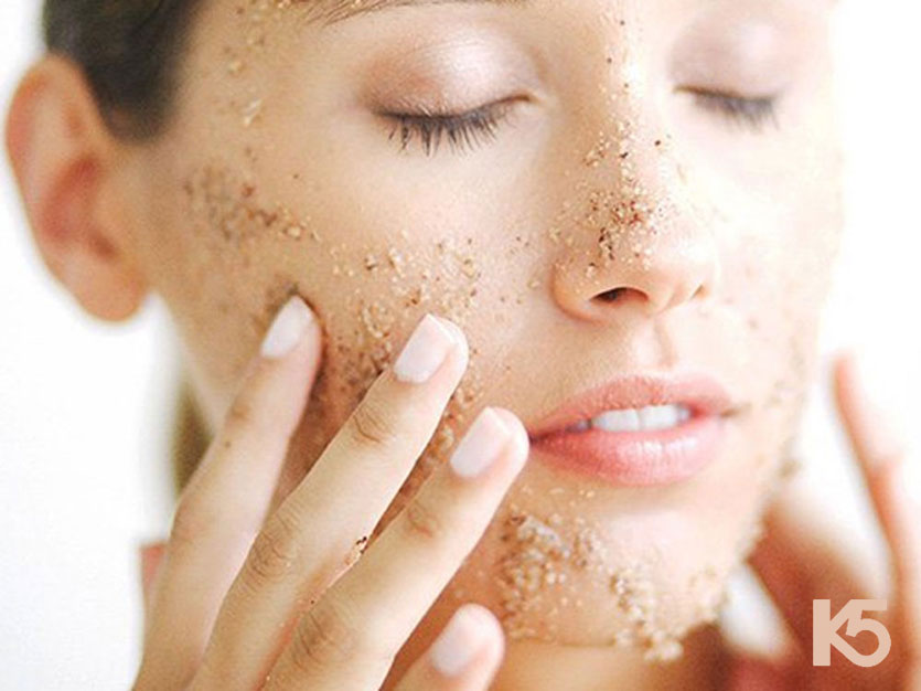 Rửa mặt với cám gạo