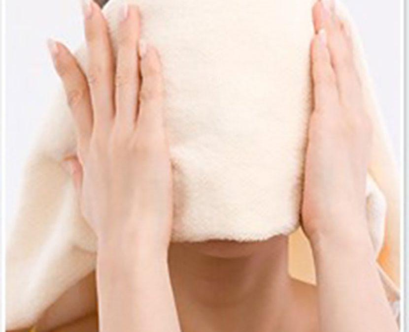 Hơ mặt với khăn ấm